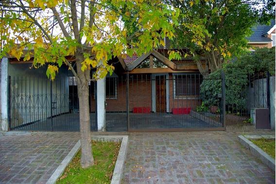 Venta Casa 4 Ambientes Con Fondo Libre Y Pileta.- Castelar.