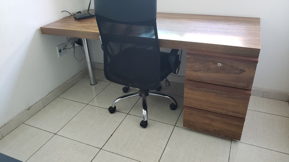 Escrivania. Com Três Gavetas Com Cadeira Giratória