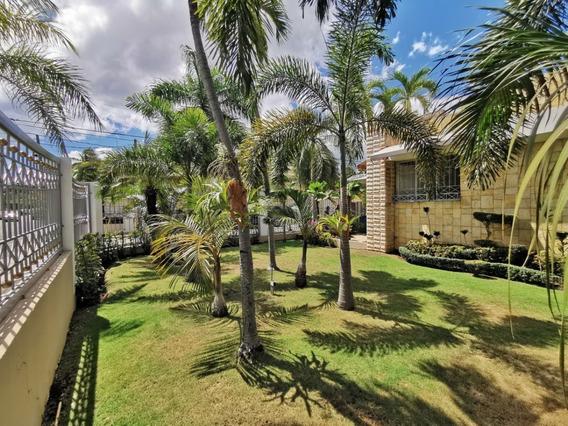 Casa Con Amplios Jardines Y Gran Patio En El Millón