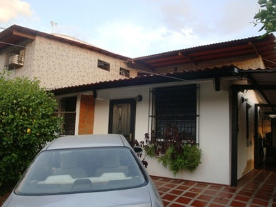 Hermosa Casa Con 2 Apartamentos Tipo Estudio En Barrio Sucre