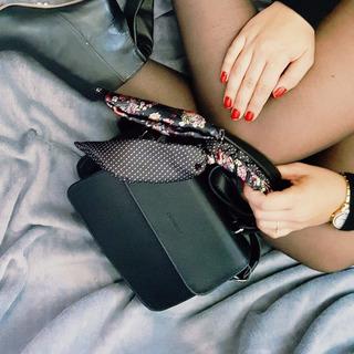 Bolsa Feminina Estruturada Com Lenço E Alça Tiracolo Ceccone