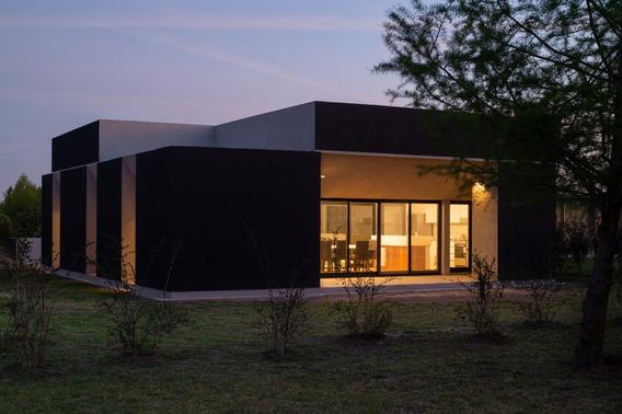 Casa De 5 Ambientes Y Dos Bañosy Cochera Para 4 Vehículos.