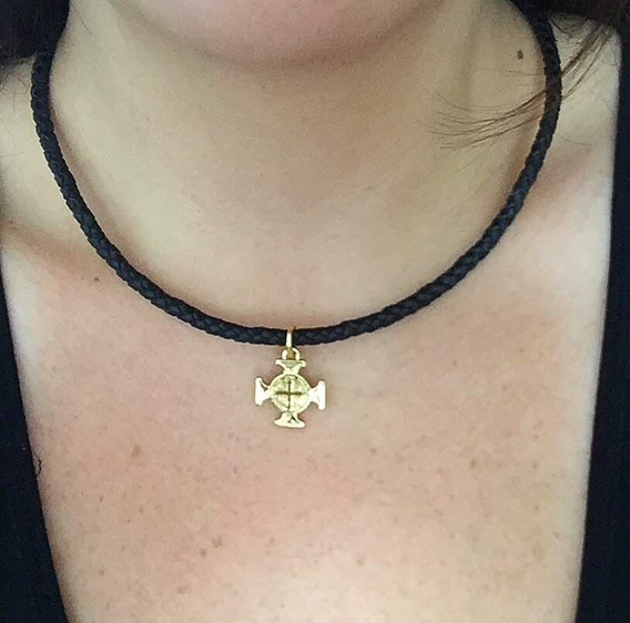 Colar Cruz São Bento Dourado Cordão De Couro