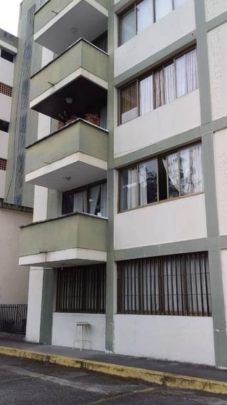 Apartamento En Alquiler Residencias Carolina. Las Acacias.