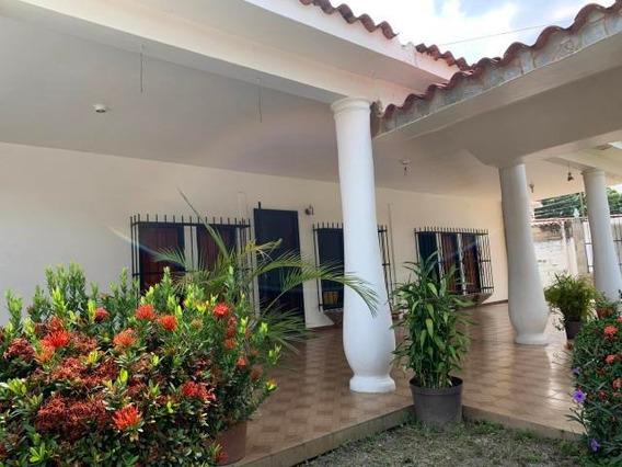Casa En Venta En La Esperanza Tocuyito 20-18235 Ys