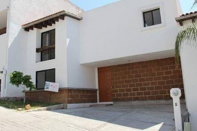 El Pueblito Centro, Alberca, 3 Recámaras, 2.5 Baños, Privada