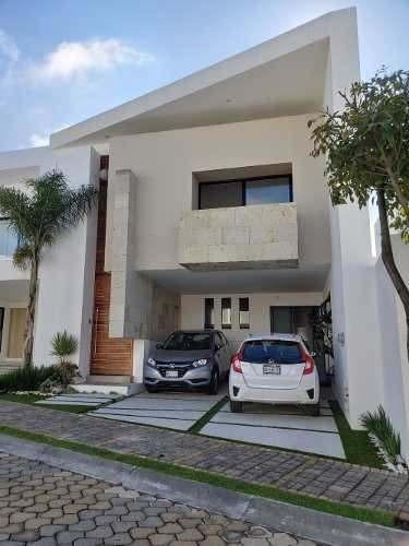 Renta Casa Con Terrazas Interiores Semitechadas. Lomas Angel