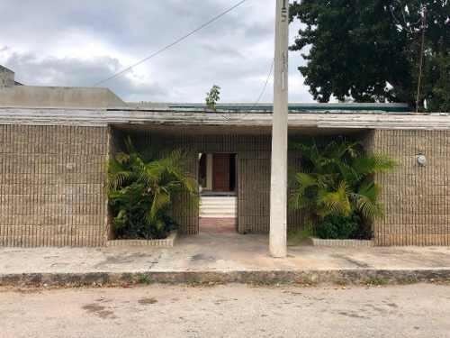 Hermosa Y Amplia Casa Dentro De La Ciudad En Zona Tranquila Y Segura.