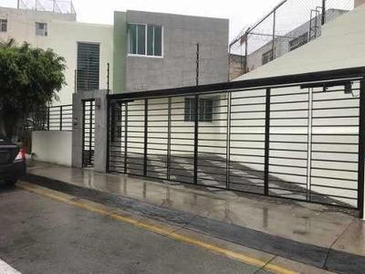 Casas Recién Remodelada En Venta En Av. La Calma, Navio