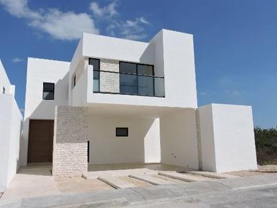 Casa En Venta En Privada Avenida Conkal Lote 14, Picina Y Cuarto De Servicio