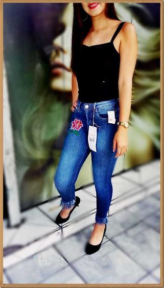 Calça Jeans Com Desenho Floral Desfiada