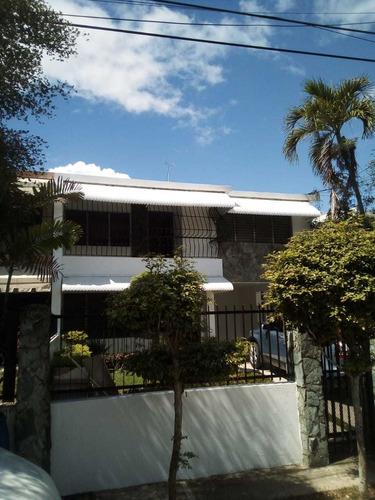 Alquilo Casa En Ensanche Los Prados.