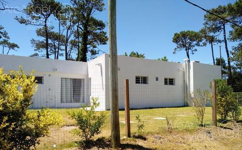 Casa  A Dos Cuadras Del Mar  En Punta Del Este - Playa Mansa .