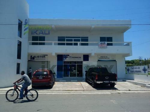 Renta Local Comercial Av. Cuauhtemoc Tuxpan Veracruz. Cuenta Con Un Frente De 5 M² Y Una Largura De 14 M², Dando Una Superficie Útil De 70 M², Cuenta Con Un Pasillo, Medio Baño, Cuenta Con Todos Los