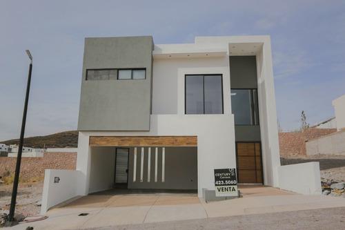 Preciosa Casa, Con Iluminación En Plafones Y Escalera, Muro Recubierto.