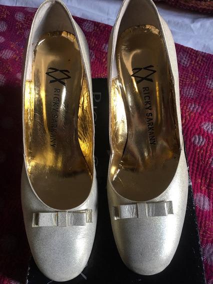 Ricky Sarkany Zapatos Con Taco Dorados Casi Crudo Con Brillo