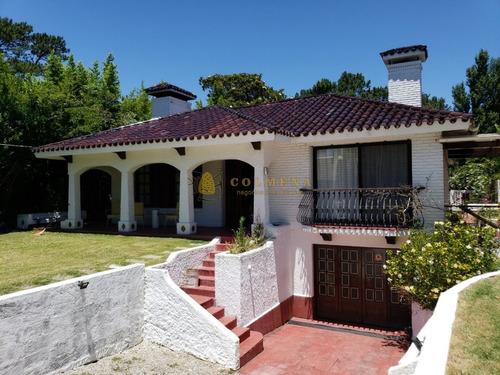 Casa En Venta En Barrio Cantegril- Ref: 2551