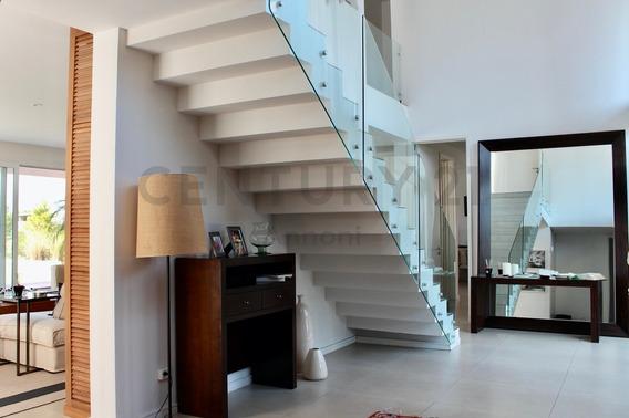 Moderna Casa En Venta Con Vista Al Golf Y Al Agua En El Golf Nordelta