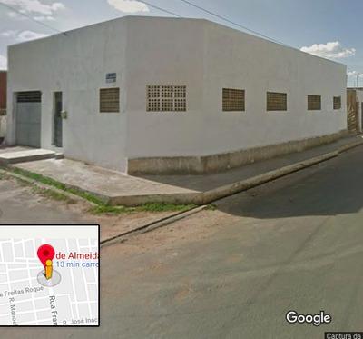 Casa De 3 Quartos, 4 Banheiros, 2 Salas E Garagem.
