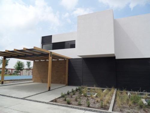 Hermosa Casa En Venta En Lomas De Juriquilla, 3 Recamaras, 3.5 Baños, Cto Serv.