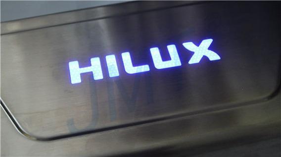Soleira Aço Inox Iluminada Com Led Azul Hilux 2005 À 2015