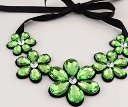 Colar Feminino Maxi Flores Verdes Com Ponto De Luz