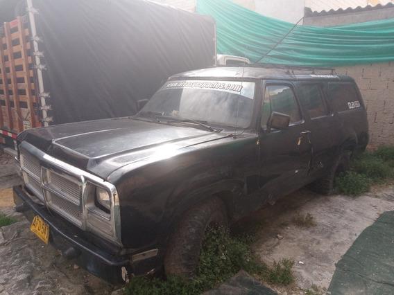 Dodge D 100 Cabinada.