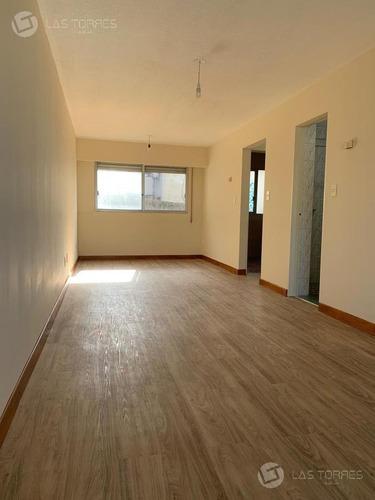 Apartamento - Ciudad Vieja  - Amplio,  Frente, G.c 3.900,  Locomoción