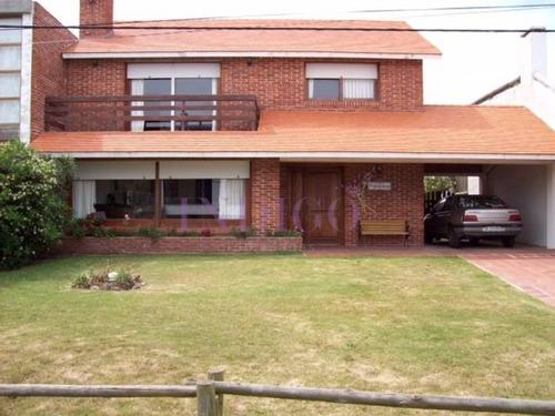 Casa En Alquiler En Pleno Manantiales, 3 Dormitorios Mas Dependencia De Servicio.- Ref: 126