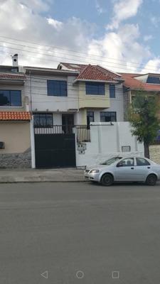 La Casa Tiene Un Garaje, 15 Habitaciones, 3 Baños, Un Patio