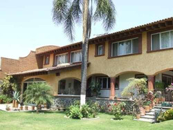 Preciosa Residencia !! Amplia, Bellos Detalles !! 4 Recámaras, Estudio, Sala Tv, Amplio Jardín, Cascada, Alberca !!