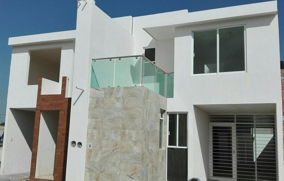 Casa Tres Recamaras, (una En Planta Baja Con Baño Completo)