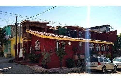 Casa En Venta Con Habitación En Planta Baja, Ubicada En Esquina.