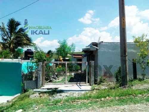 Casa Y 2 Habitaciones Aparte En Venta Col. Colinas Del Sol Tuxpan Veracruz, Se Encuentra Ubicada En La Calle 20 De Noviembre En La Colonia Colinas Del Sol, Cuenta Con 200 M² De Terreno, Es Una Casa Y