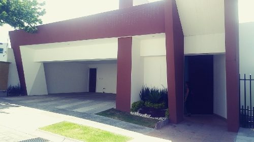 Casa De Tres Niveles, Con 4 Recamas, Terraza, Alberca.