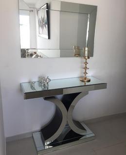Repisa Moderna En Cristal Diseño Chanel Junto A Su Espejo