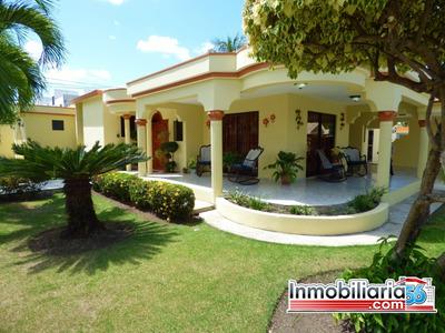 Amplia Casa En Urbanización Neftali I