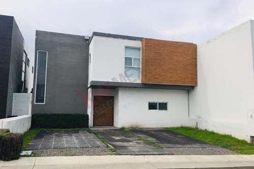 Renta De Casa En Privada En Grand Juriquilla, Privada Con Seguridad 24/7, Amenidades