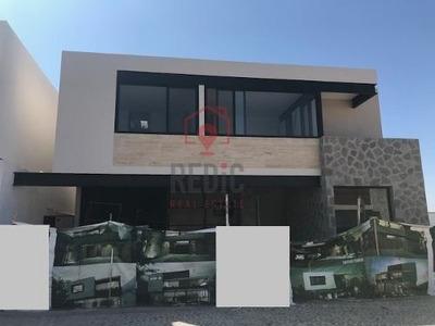 Casa En Renta De 3 Hab + Bodega + Estudio En Arco De Piedra