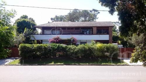 Casa De 5 Dormitorios Y Piscina Climatizada, Playa Mansa, Punta Del Este. - Ref: 4047