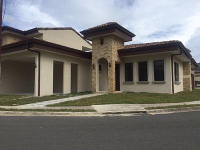 Linda Casa En Condominio Como Nueva.