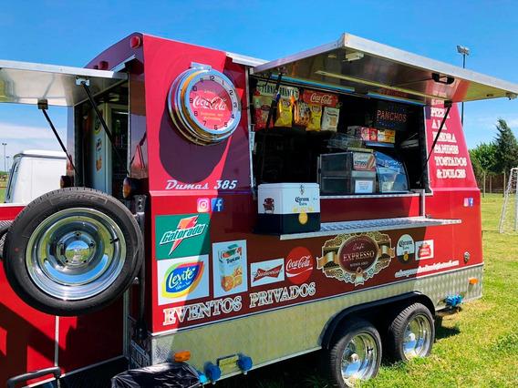 Food Truck Equipado Con Trabajo Actual En Un Club De Campo.