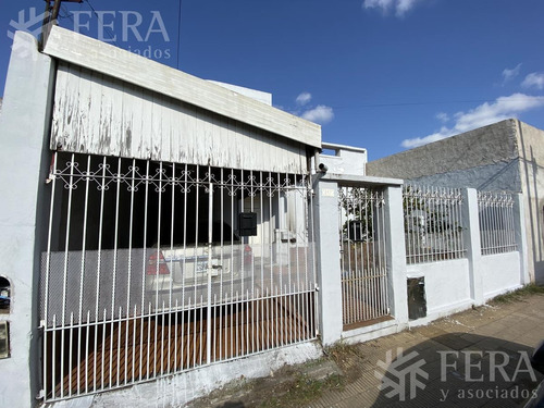 Imagen 1 de 16 de Venta De Casa Para Dos Familias Con Cochera, Patio Y Terraza En Sarandi (28301)
