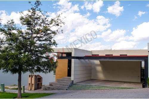 Renta Casa Con Excelente Iluminación Y Amplios Espacios Dentro De Privada Pedregal Fase 2.