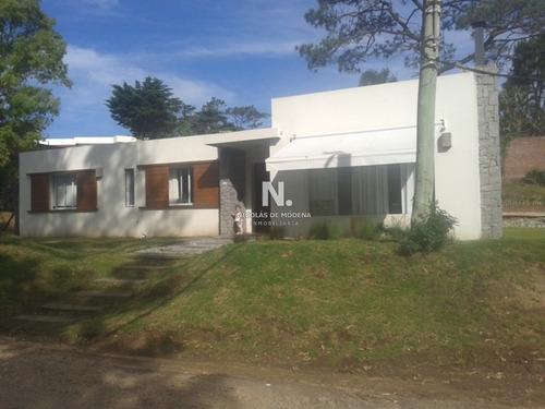 Punta Del Este, Casa Moderna De 2 Dormitorios.- Ref: 720