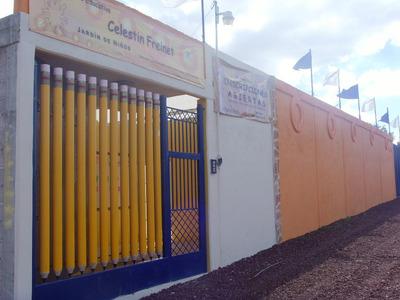 Edificio Escolar Jardin De Niños Primaria Escenario Y Juegos