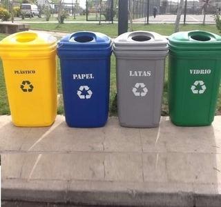 Una chica linda recicla basura en un cubo de reciclaje. Una chica que  recicla basura aislada en blanco. ilustración del