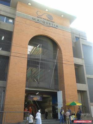 Local Maiquetía, En Esquina Con Vitrina.