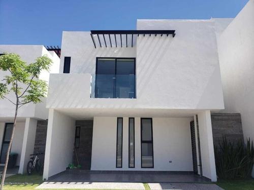 Casa En Venta En Canadas Del Arroyo, Corregidora, Rah-mx-20-2453