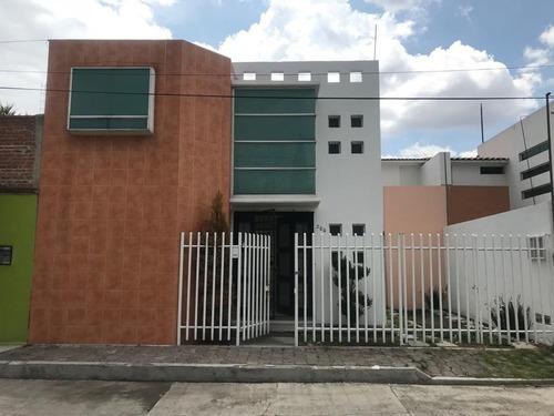Casa En Cerca De Plaza La Explanda, 3 Recamaras Y 3 Baños